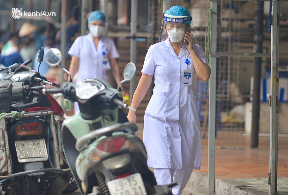 Hà Nội: Tạm dừng hoạt động chợ Phùng Khoang, hàng trăm tiểu thương đội mưa chờ xét nghiệm Covid-19-6