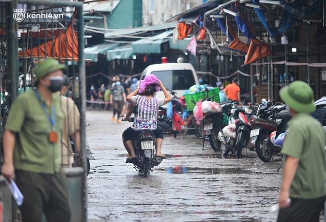 Hà Nội: Tạm dừng hoạt động chợ Phùng Khoang, hàng trăm tiểu thương đội mưa chờ xét nghiệm Covid-19-7