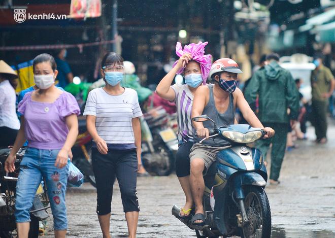 Hà Nội: Tạm dừng hoạt động chợ Phùng Khoang, hàng trăm tiểu thương đội mưa chờ xét nghiệm Covid-19-8