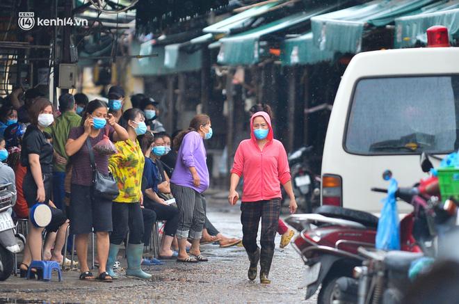 Hà Nội: Tạm dừng hoạt động chợ Phùng Khoang, hàng trăm tiểu thương đội mưa chờ xét nghiệm Covid-19-9