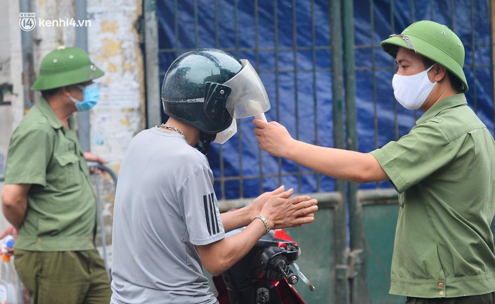Hà Nội: Tạm dừng hoạt động chợ Phùng Khoang, hàng trăm tiểu thương đội mưa chờ xét nghiệm Covid-19-13
