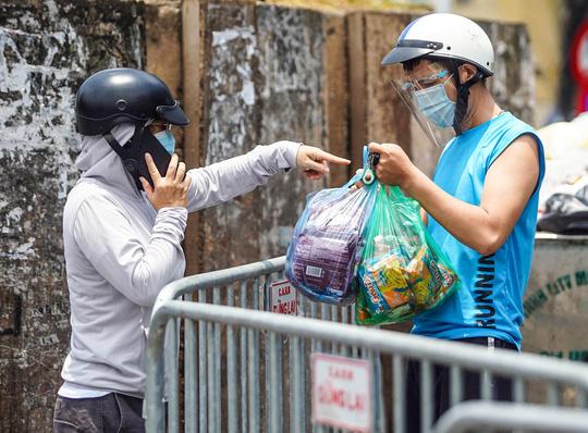 CLIP: Tiếp tế lương thực cho phường Chương Dương bị phong toả với 23 ngàn dân-12