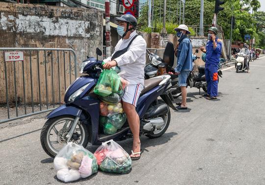 CLIP: Tiếp tế lương thực cho phường Chương Dương bị phong toả với 23 ngàn dân-15