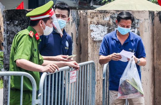 CLIP: Tiếp tế lương thực cho phường Chương Dương bị phong toả với 23 ngàn dân-16