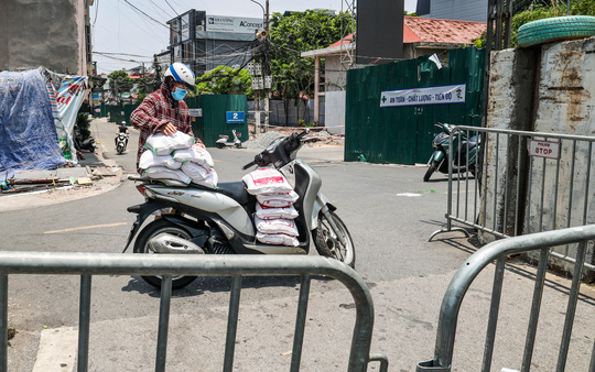 CLIP: Tiếp tế lương thực cho phường Chương Dương bị phong toả với 23 ngàn dân-19