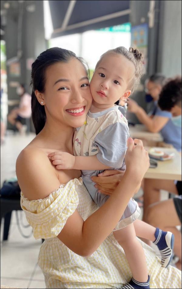 Quý tửlai Tây nhà MC Hoàng Oanh chưa đầy 1 tuổi đã biết chạy, luôn vui vẻ, tự tinnhờ cách chăm sóc và giáo dục của mẹ-8