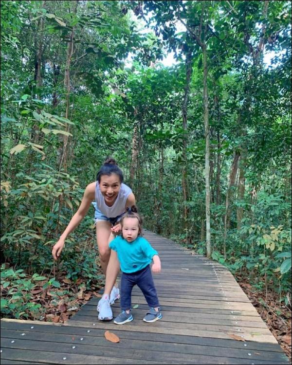 Quý tửlai Tây nhà MC Hoàng Oanh chưa đầy 1 tuổi đã biết chạy, luôn vui vẻ, tự tinnhờ cách chăm sóc và giáo dục của mẹ-6