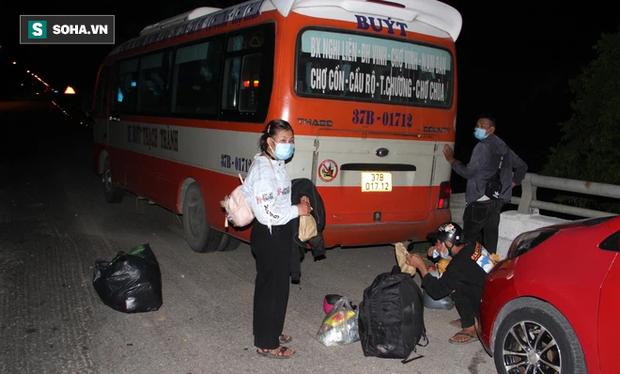 Cảnh tài xế trắng đêm chờ đón và hỗ trợ bà con đi từ miền Nam về quê tránh dịch Covid-19-5