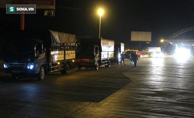 Cảnh tài xế trắng đêm chờ đón và hỗ trợ bà con đi từ miền Nam về quê tránh dịch Covid-19-12