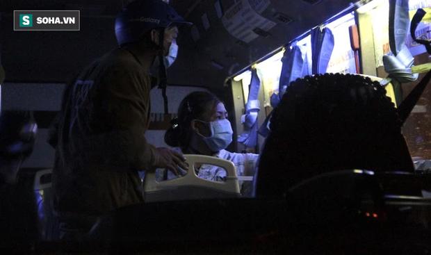 Cảnh tài xế trắng đêm chờ đón và hỗ trợ bà con đi từ miền Nam về quê tránh dịch Covid-19-7