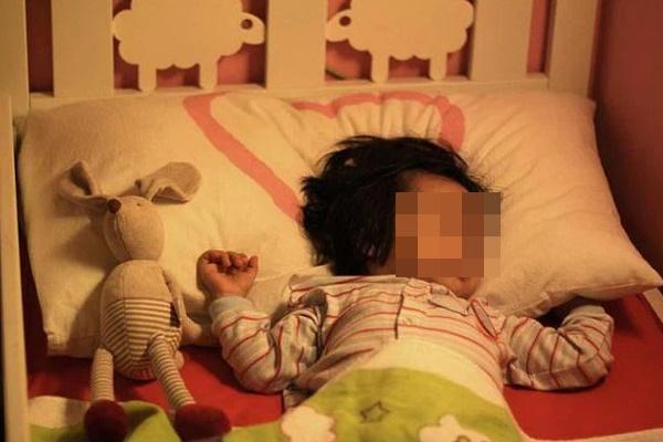 Bé gái 2 tuổi bị dậy thì sớm, mức độ phát triển hormone ngang với trẻ 10 tuổi, nguyên nhân xuất phát từ đồ vật luôn hiện hữu trong phòng ngủ của mỗi gia đình-3