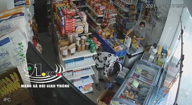 Hai thanh niên bảnh bao dàn cảnh cướp 2 túi nước giặt ở tiệm tạp hóa giữa mùa dịch Covid-19-1