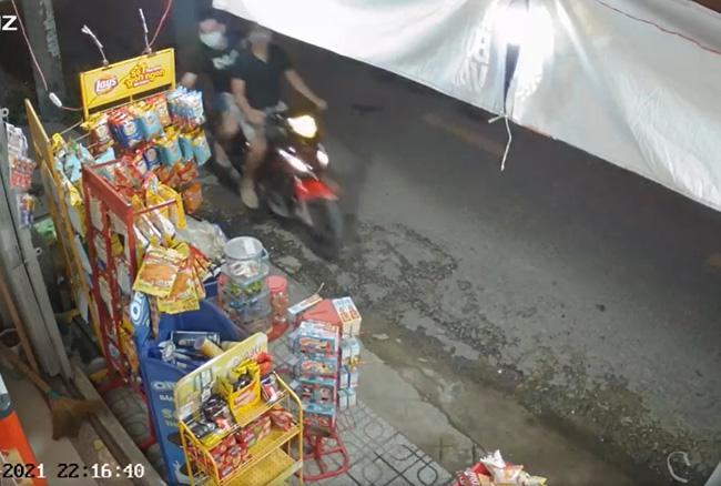 Hai thanh niên bảnh bao dàn cảnh cướp 2 túi nước giặt ở tiệm tạp hóa giữa mùa dịch Covid-19-4