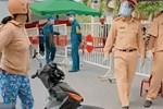 Chỉ 3 giây, công an xử gọn 'chị gái quần hoa' đánh CSGT, làm loạn chốt kiểm dịch, dân tình khen: 'Hay quá anh ơi!'