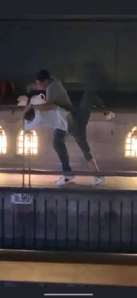 Phẫn nộ clip nam thanh niên thản nhiên livestream cảnh 1 nạn nhân bị đẩy ngã xuống sông ở Nhật Bản: Đúng rồi, đạp nó xuống-1