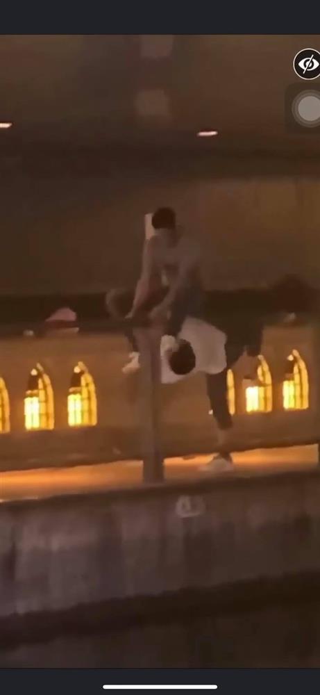 Phẫn nộ clip nam thanh niên thản nhiên livestream cảnh 1 nạn nhân bị đẩy ngã xuống sông ở Nhật Bản: Đúng rồi, đạp nó xuống-3