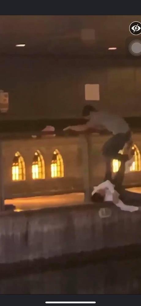 Phẫn nộ clip nam thanh niên thản nhiên livestream cảnh 1 nạn nhân bị đẩy ngã xuống sông ở Nhật Bản: Đúng rồi, đạp nó xuống-4