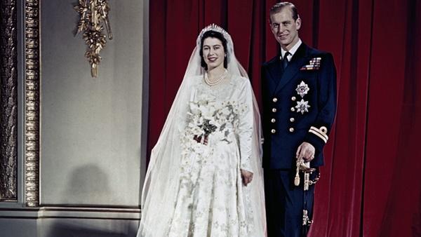 Điều ít biết về chiếc bánh cưới của Nữ hoàng Anh, ẩn chứa bí quyết đặc biệt sau 68 năm vẫn ăn được như thường-1