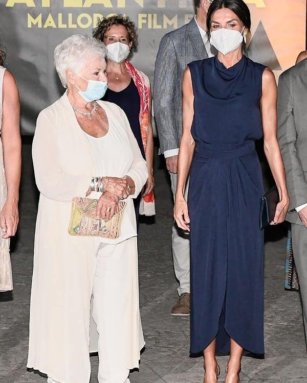 Hoàng hậu diện váy xẻ cao tít tắp còn phải lấy túi che chân: Đến cả Công nương Diana hay Meghan Markle cũng chưa bao giờ dám thử-2