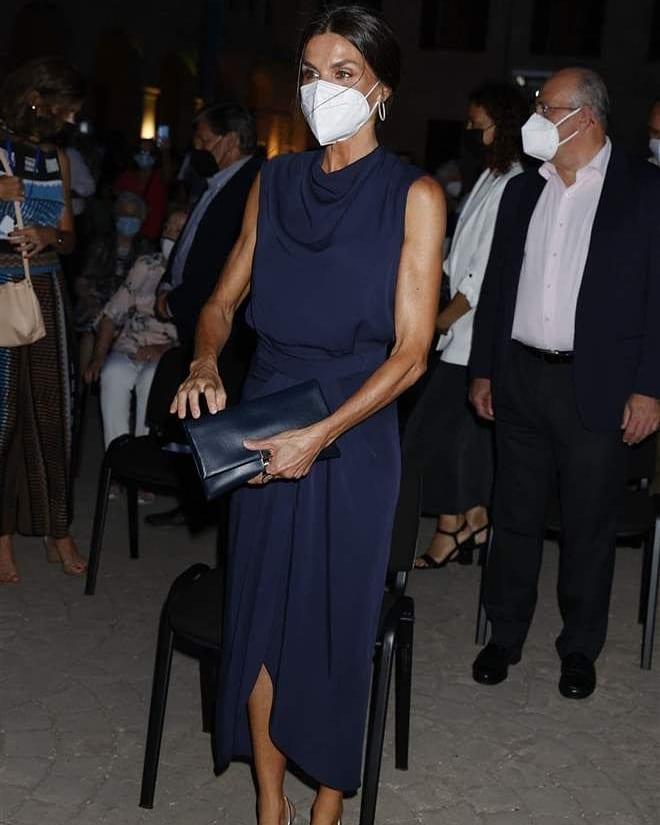 Hoàng hậu diện váy xẻ cao tít tắp còn phải lấy túi che chân: Đến cả Công nương Diana hay Meghan Markle cũng chưa bao giờ dám thử-3