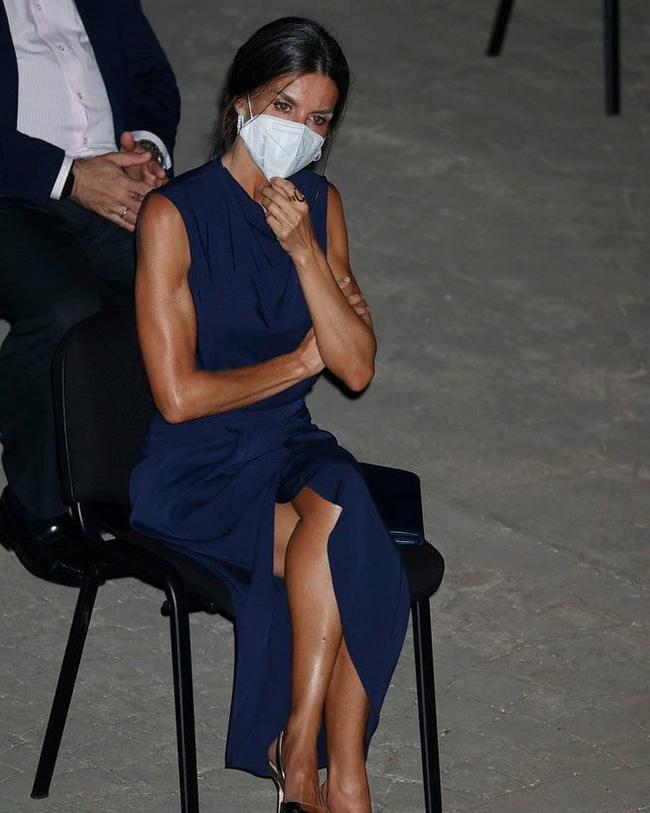 Hoàng hậu diện váy xẻ cao tít tắp còn phải lấy túi che chân: Đến cả Công nương Diana hay Meghan Markle cũng chưa bao giờ dám thử-6