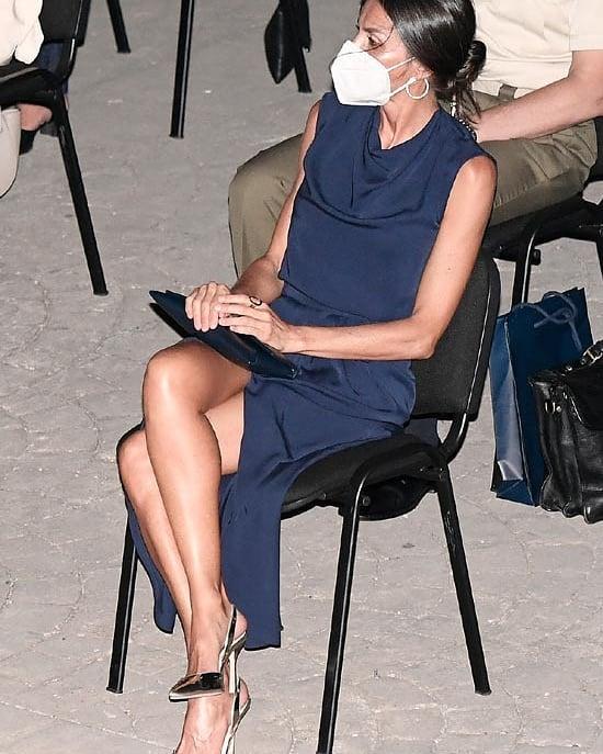 Hoàng hậu diện váy xẻ cao tít tắp còn phải lấy túi che chân: Đến cả Công nương Diana hay Meghan Markle cũng chưa bao giờ dám thử-7