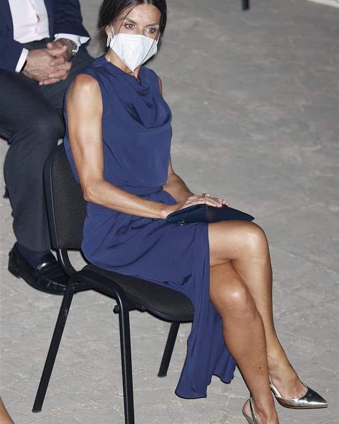 Hoàng hậu diện váy xẻ cao tít tắp còn phải lấy túi che chân: Đến cả Công nương Diana hay Meghan Markle cũng chưa bao giờ dám thử-8