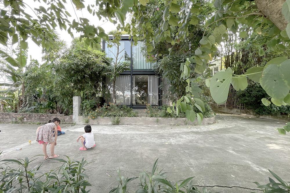 Ngôi nhà trong suốt bên bờ sông Đuống: Thay 75% tường bằng vách kính nhưng vẫn mát mẻ nhờ 3 thiết kế đặc biệt-1