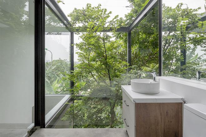 Ngôi nhà trong suốt bên bờ sông Đuống: Thay 75% tường bằng vách kính nhưng vẫn mát mẻ nhờ 3 thiết kế đặc biệt-11