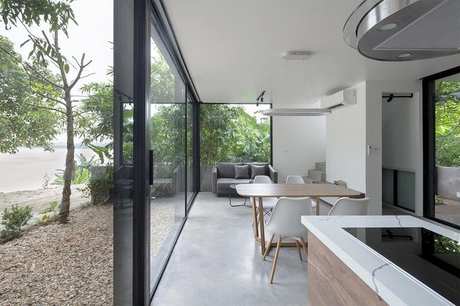 Ngôi nhà trong suốt bên bờ sông Đuống: Thay 75% tường bằng vách kính nhưng vẫn mát mẻ nhờ 3 thiết kế đặc biệt-6