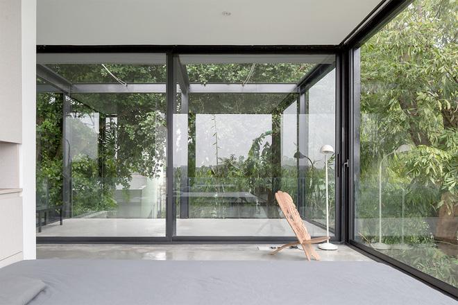 Ngôi nhà trong suốt bên bờ sông Đuống: Thay 75% tường bằng vách kính nhưng vẫn mát mẻ nhờ 3 thiết kế đặc biệt-7