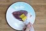 Mua thịt lợn, thịt bò về đừng vội cho vào tủ lạnh, thoa thêm lớp rượu và dầu ăn để cả năm không hỏng