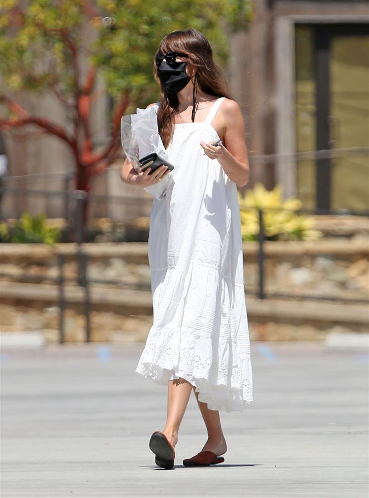 Street style của nữ chính 50 Sắc Thái rất sành điệu, giản đơn chứ không nóng hừng hực như trong phim-12