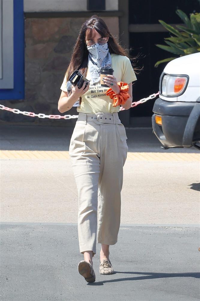 Street style của nữ chính 50 Sắc Thái rất sành điệu, giản đơn chứ không nóng hừng hực như trong phim-8