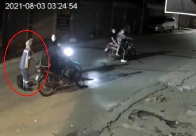 Nữ lao công bị cướp xe máy trong đêm-1