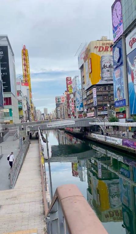 Người dân đặt hoa tưởng niệm tại nơi thanh niên bị đạp xuống sông tử vong thương tâm ở Nhật Bản-1