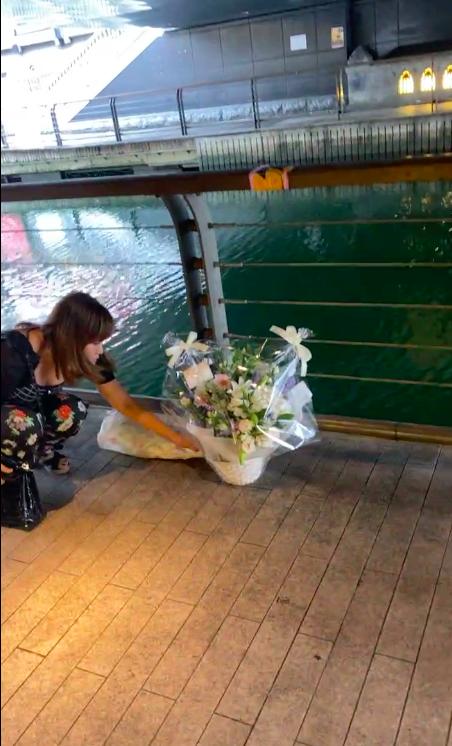 Người dân đặt hoa tưởng niệm tại nơi thanh niên bị đạp xuống sông tử vong thương tâm ở Nhật Bản-3