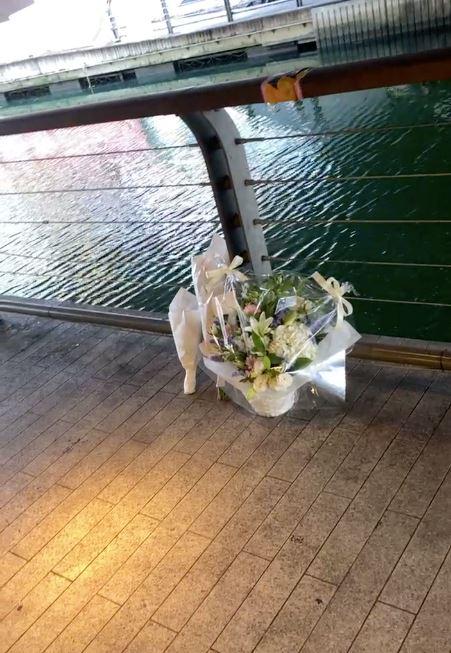Người dân đặt hoa tưởng niệm tại nơi thanh niên bị đạp xuống sông tử vong thương tâm ở Nhật Bản-4
