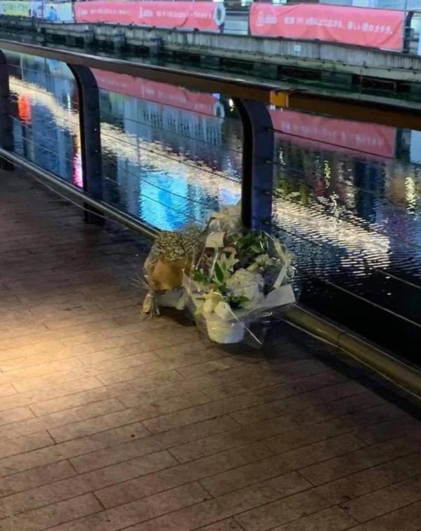 Xúc động cảnh nhiều người Việt tại Nhật đến đặt hoa tưởng niệm ở vị trí nam du học sinh bị đánh đập, rơi xuống nước dẫn đến tử vong-1