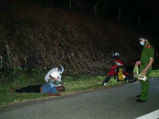 Nhịn đói 3 ngày lái xe máy nghìn km về quê, người đàn ông kiệt sức gục bên đường-1