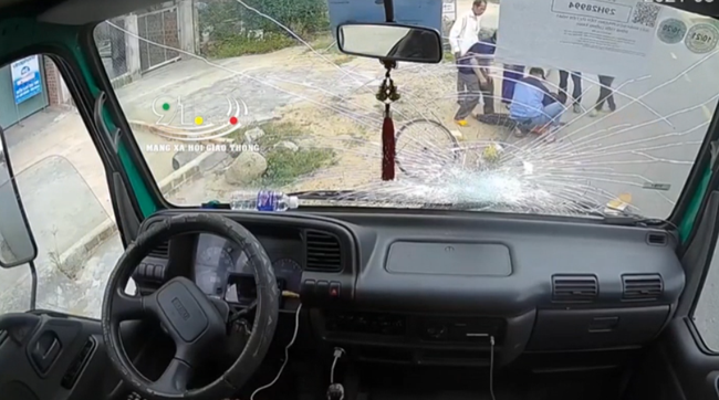 Vừa lái xe vừa ăn bánh mì, tài xế chết đứng khi tai nạn kinh hoàng xảy ra chỉ sau tích tắc-2
