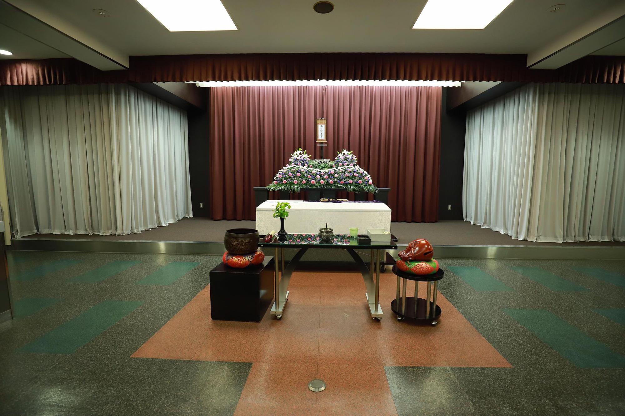 Xúc động cảnh bên trong buổi tang lễ của nam du học sinh Việt tử vong tại Nhật, hoa và mọi thứ đã đầy đủ, chỉ mong sớm được gặp người thân vào lúc này-2