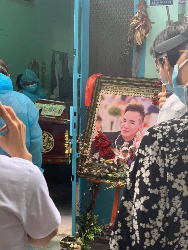 Tang lễ gấp rút của ca sĩ Việt Quang: Không kèn trống, khâm liệm tại nhà riêng, xót xa nụ cười người quá cố trên di ảnh-1