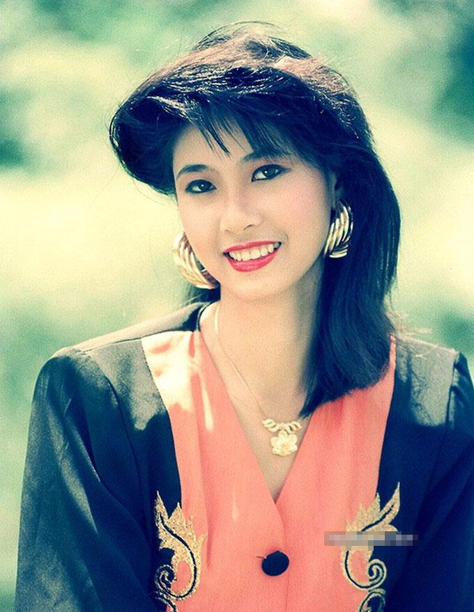 Chiêm ngưỡng nhan sắc mê hoặc lòng người của 5 nàng hậu Việt đình đám thập niên 90-16
