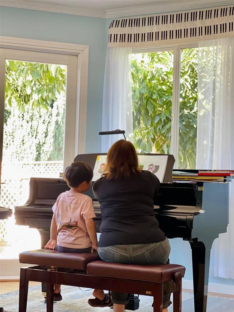 Được cô giáo dạy cách chào sau khi chơi đàn, con trai Đan Trường lí sự một câu khiến cả cô và mẹ đều chào thua-1