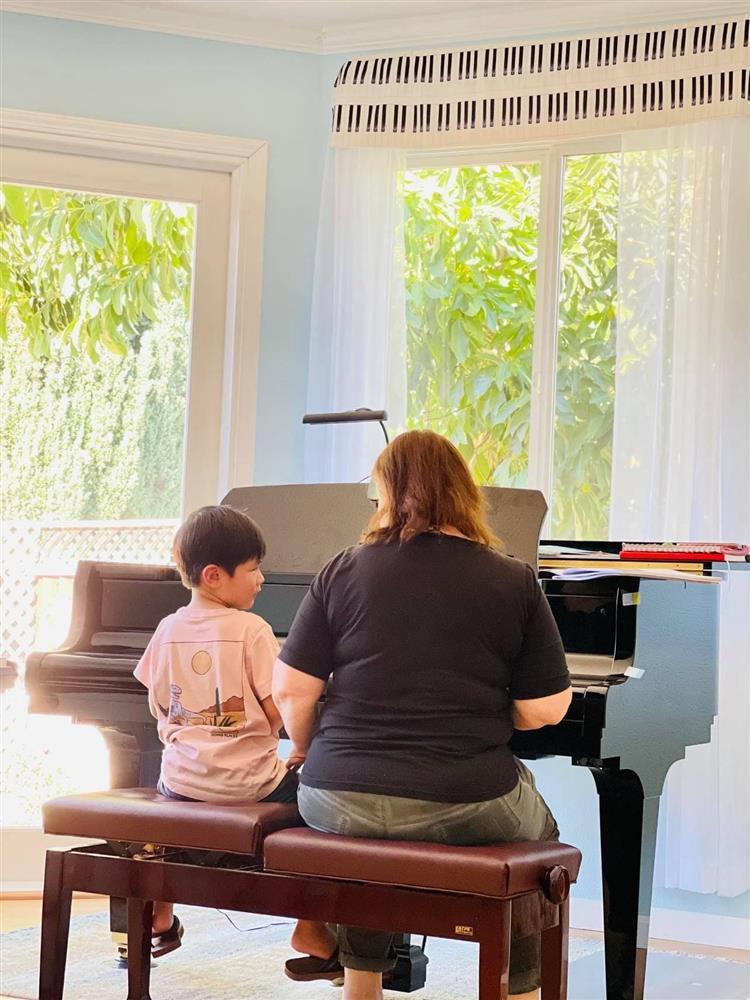 Được cô giáo dạy cách chào sau khi chơi đàn, con trai Đan Trường lí sự một câu khiến cả cô và mẹ đều chào thua-2