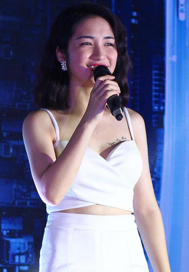 Diện bikini để lộ vòng 1 khủng, Hoà Minzy bị netizen soi đã xoá hình xăm tên Công Phượng ở ngực trái-5