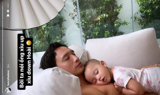 Khoảnh khắc cực dễ thương của Lisa nhà Hồ Ngọc Hà khi nằm ngủ trong lòng bố-1