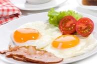 Trứng ốp la hay bị vỡ,dính chảo hoặc chuyển sang màu đen? Cho thêm thứ này vào chảo dầu, trứng sẽ tròn, mềm và đẹp mắt hơn