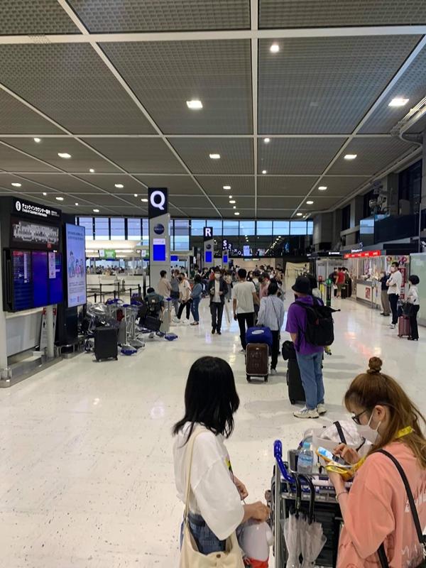 Hình ảnh tại sân bay đưa tro cốt nam thanh niên người Việt bị sát hại tại Nhật Bản trở về quê hương gây xúc động-2